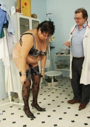 Зрелая женщина в теле показывает себя со всех сторон, доверив свое тело опытному специалисту - фото 1
