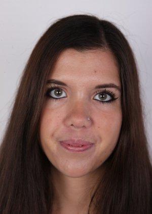 Длинноволосая брюнетка решила заработать денег эротической фото сессией - фото 1
