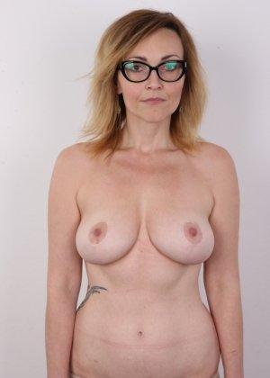 Опытная дамочка решает принять участие в чешском кастинге и показывает свое немолодое тело - фото 6