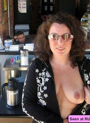 Девушки – нудистки оголяются везде, даже в барах, на стадионах, лестницах и даже в офисе - фото 15