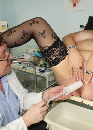 Пожилая женщина приходит на гинекологический осмотр и мужчина профессионально проводит прием - фото 10