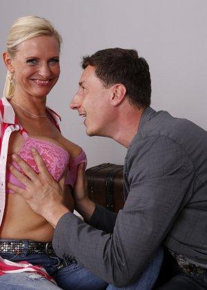 Опытный муж разминает висящие сиськи своей зрелой блондинистой жены - фото 12