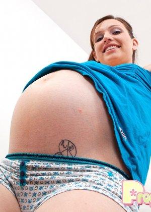 Беременная девушка раздевается и ласкает свое тело руками, а затем включает вибратор и подносит к клитору - фото 3