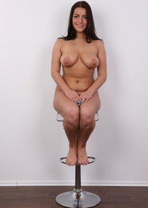 Латинка в первый раз пришла на порно кастинг и была удивлена - фото 13