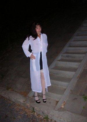 Брюнетка на ночной прогулке показывала дружку свои достоинства - фото 3- фото 3- фото 3