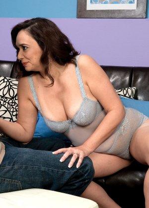 Опытная женщина умеет удовлетворять мужчину с помощью рук и ротика, ему явно очень нравится - фото 3
