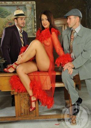 Развратная азиатка в красном платье ебется с таксистом и шефом в офисе - фото 8