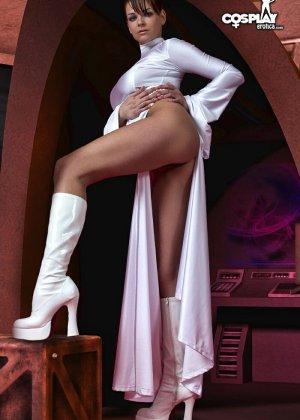Сексуальная красотка участвует в фотосессии, где она показывает свое тело – легкая эротика понравится многим - фото 6