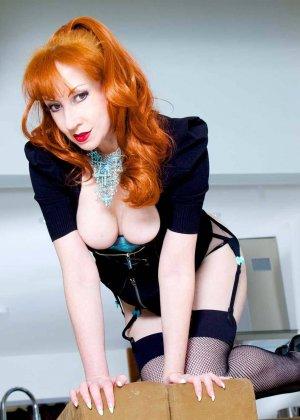 Рыжеволосая зрелая женщина умеет показать свой внутренний секс, даже не снимая с себя одежду - фото 3