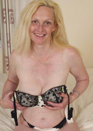 Британская зрелая женщина показывает свое тело, не стесняясь того, что она уже немолода - фото 14