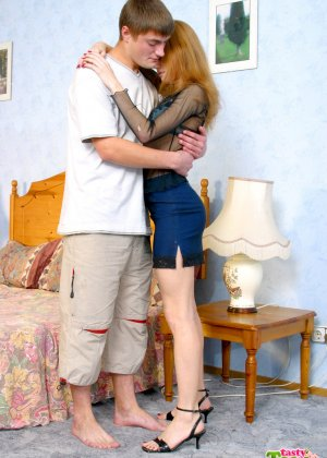Молодой не опытный паренек болучает большое удовольствие от секса с телкой - фото 1
