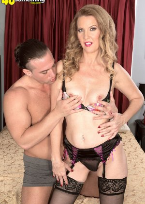 Блондинистая проститутка в чулках ебется на износ с любовником - фото 11