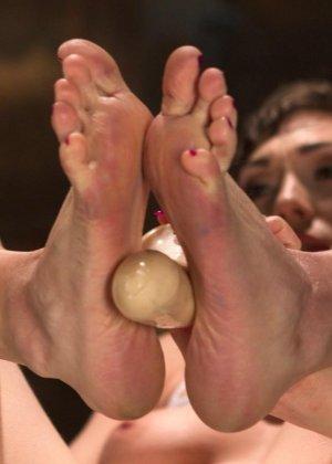 Брюнетка с короткой стрижкой приняла приличную дозу спермы на свое тело - фото 7