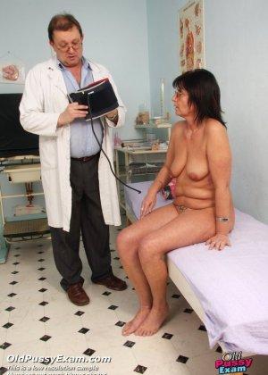 Врач-гинеколог устраивает полный осмотр зрелой женщине – похоже, что она получает от этого удовольствие - фото 5