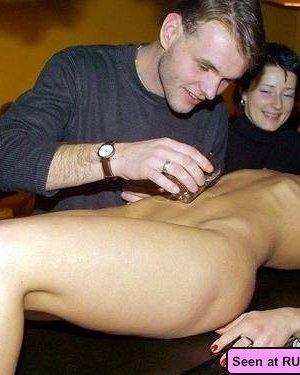 Пьяные голые девушки в барах позволяют мужикам и подругам делать что угодно с их телами - фото 15