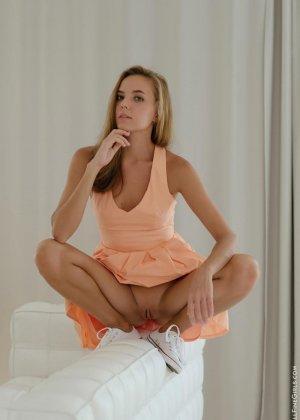 Сексуальная красотка широко раздвигает ножки, чтоб показать все самые интимные зоны своего тела - фото 4