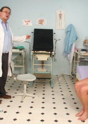 Зрелая получает удовольствие от тщательного осмотра у врача, тем более, что он лапает ее пизду - фото 7