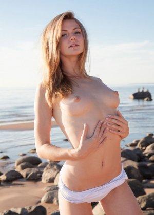 Мария Пай позирует на пляже, снимая с себя всю одежду - фото 3- фото 3- фото 3