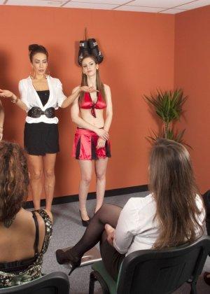 Тренеру делают отсос куда его молодых худеньких девушек в комнате - фото 2