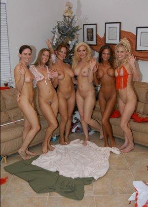 Девушки возбудились от примерки сексуальных нарядов и начали мастурбировать и лизать друг другу пезды - фото 12