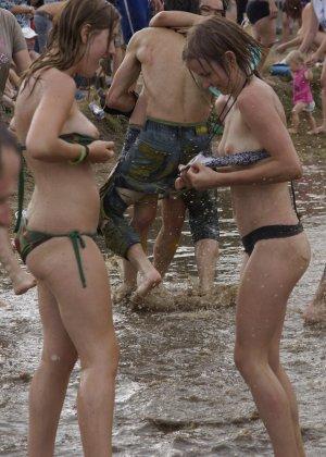 Подборка фото нудистов на пляже с голыми телами, попами и сиськами - фото 4