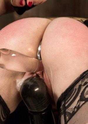 Лесбиянка трахает свою подругу при помощи толстого резинового члена, дамочка орет от удовольствия - фото 11