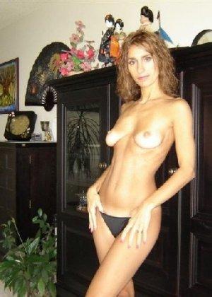 Зрелая девка показывает всем как выглядит её слегка старенькая грудь - фото 6