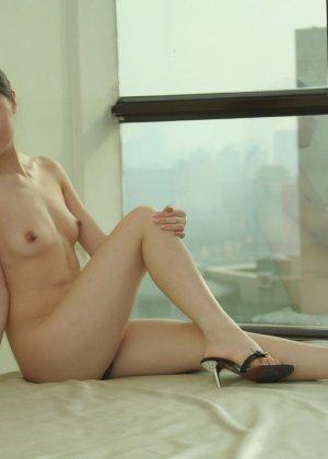 Худенькая азиатка блещит перед камерой своей мелкой грудью - фото 1