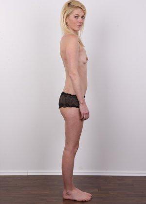 На чешском кастинге блондинка слушает все команды фотографа и раздевается - фото 7