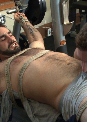 Два мужчины развлекаются в спортивном зале, а потом увлекаются и начинают делать минет друг другу - фото 5