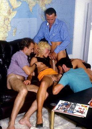 Ретро-снимки понравятся многим, ведь на них можно лицезреть сумасшедшее действо – групповой секс - фото 3
