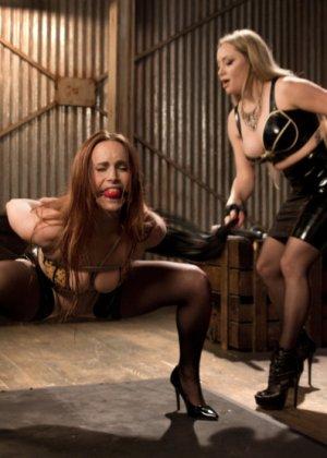 Лесбиянка трахает свою подругу при помощи толстого резинового члена, дамочка орет от удовольствия - фото 2