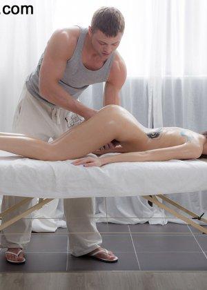 Телка сняла всю одежду и легла, чтобы получить от массажа удовольствие, но от действия массажиста она кончила - фото 6