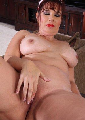Пышнотелая медсестра сначала позирует в гостиной, а потом теребит свой клитор, получая оргазм - фото 7