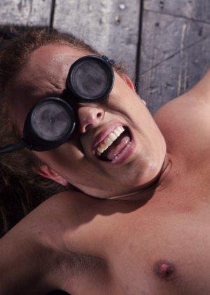 Роксанна проходит через множество испытаний, которые ей устраивает развратный мужчина - фото 16
