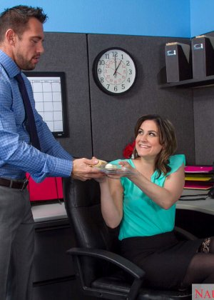 Эдди Дженифер любит поскакать на большом члене своего начальника во время обеденного перерыва - фото 3