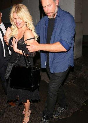 Развратную блондинистую актрису проводит к машине её хахаль - фото 12