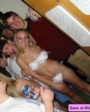 Когда девушки напиваются, то с удовольствием показывают свои бритые пезды абсолютно всем - фото 16