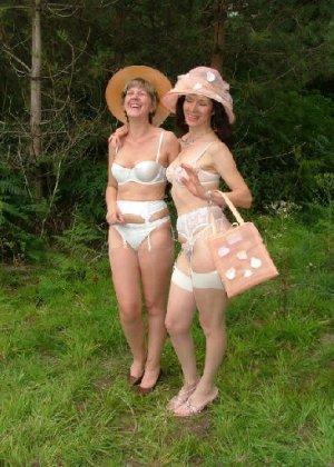 Две зрелых лесбиянки сосутся на природе и ласкают свои дырочки - фото 8