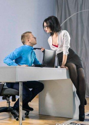 Шери Ви давно хотела дать повышение своему лучшему сотруднику, но чтобы доказать свою профпригодность, ему пришлось трахнуть начальницу - фото 3