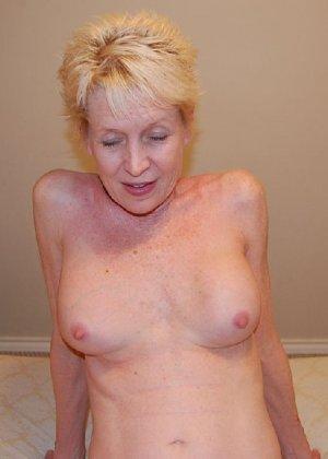 Опытная блондинка в голом виде показывает свои принадлежности - фото 29