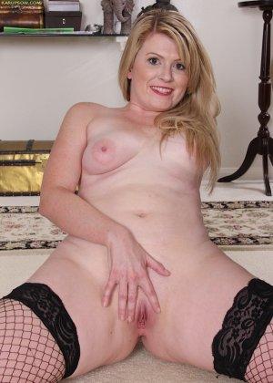 Девушка в черных чулках мастурбирует себе промежность на  полу - фото 19