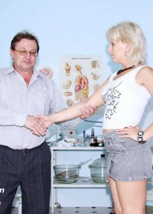Романа приходит к гинекологу и полностью доверяется его опыту, а он пользуется этим и рассматривает ее всю - фото 1