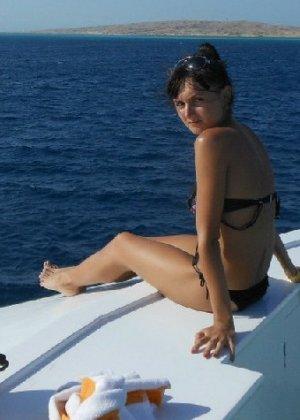 Фото красивых девушек которые отдыхают на море и наслаждаются диким кайфом - фото 32
