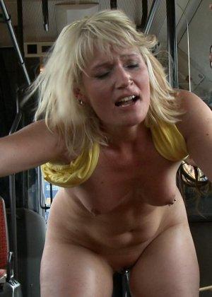 Голую блондинку имеют все пассажиры автобуса, которые хотят слить свою сперму на незнакомку - фото 15