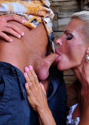 Зрелая блондинка целуется с симпатичным парнем, после чего садиться на его мощную кожаную биту - фото 1