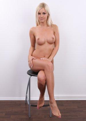 Блондинка с красивой пиздой показала свои достоинства на публику - фото 14