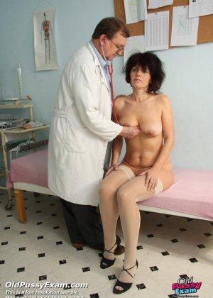 Развратный доктор устраивает зрелой женщине тщательный осмотр – она совсем не ожидала такого - фото 3