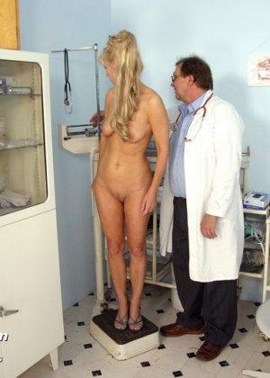 Зрелая блондинка садится на гинекологическое кресло и дает близко рассмотреть все свои дырочки - фото 3
