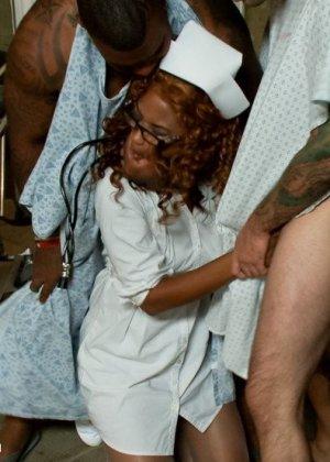 Сексуальная темнокожая врачиха пересмотрела порнухи и трахнулась сразу с четырьмя своими пациентами - фото 2